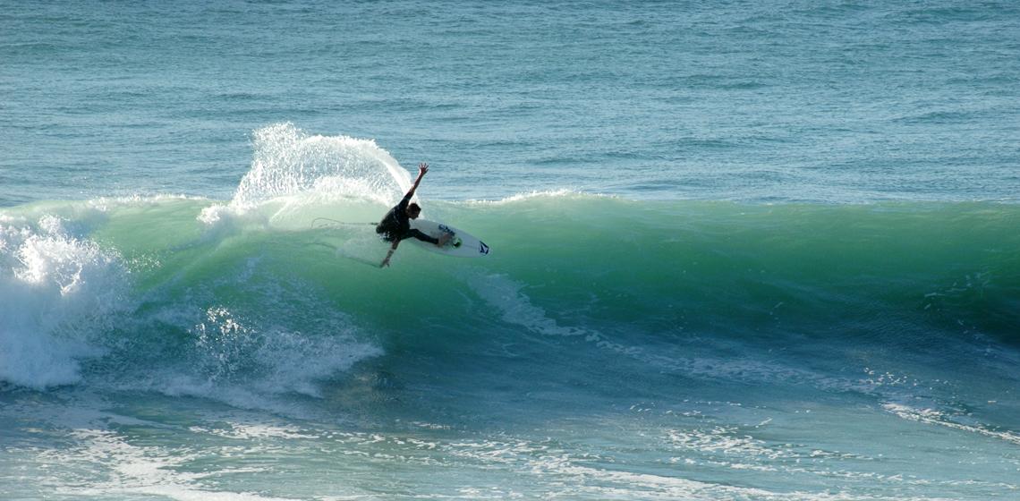 wainui-surfer